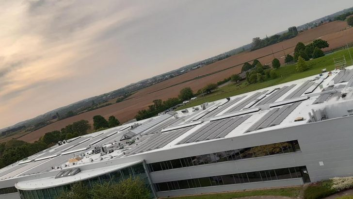 Toyota Avrupa'daki merkezi'ne rüzgar türbini ve güneş panelleri yerleştirdi