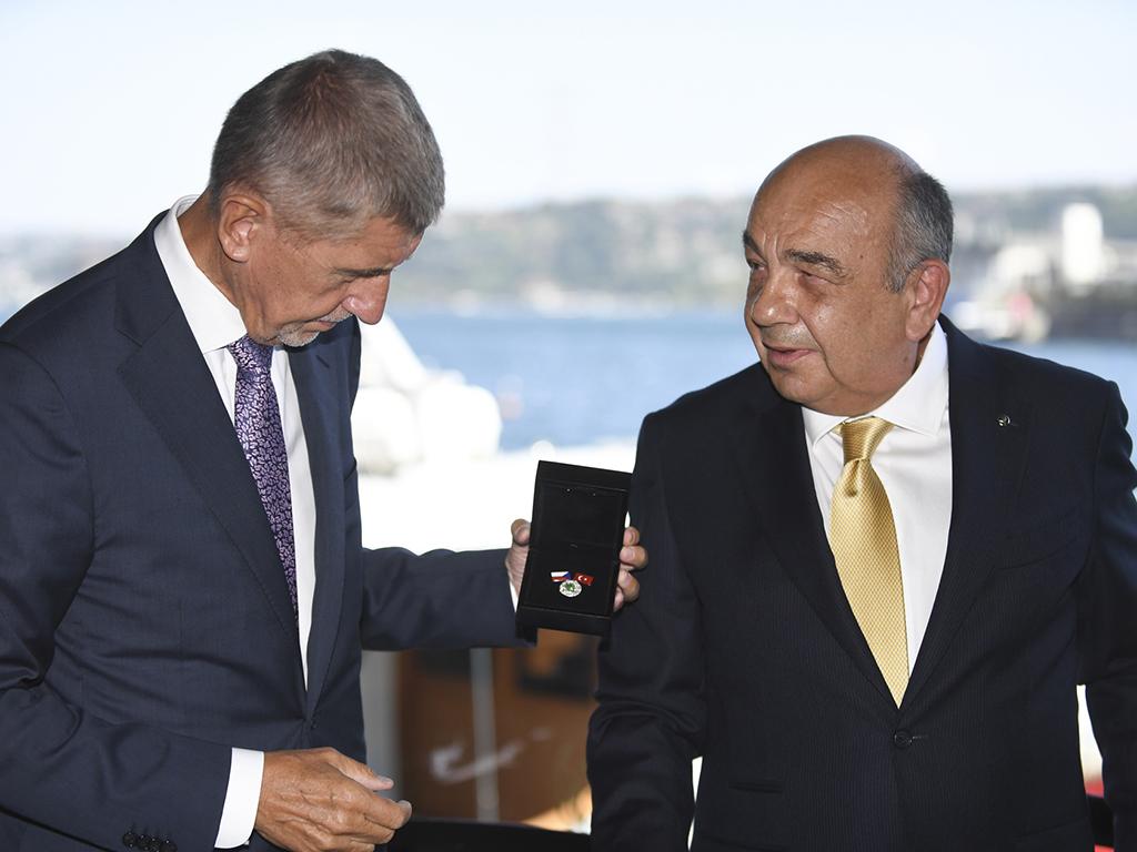 Bu görsel boş bir alt niteliğe sahip; dosya adı Ahmet-Yuce-Cekya-Basbakani-Andrej-Babise-Turk-Cek-Dostluk-Derneginin-ilk-rozetini-takdim-ederken.jpg