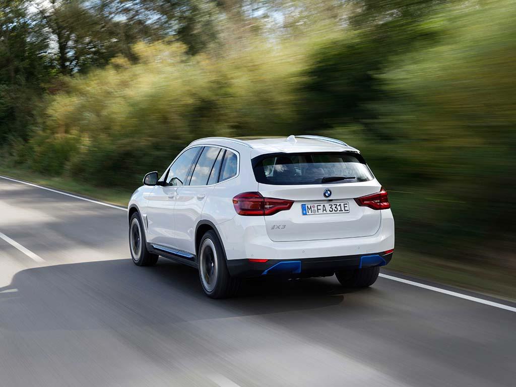 Bu görsel boş bir alt niteliğe sahip; dosya adı Yeni-BMW-iX3-Arka-1.jpg