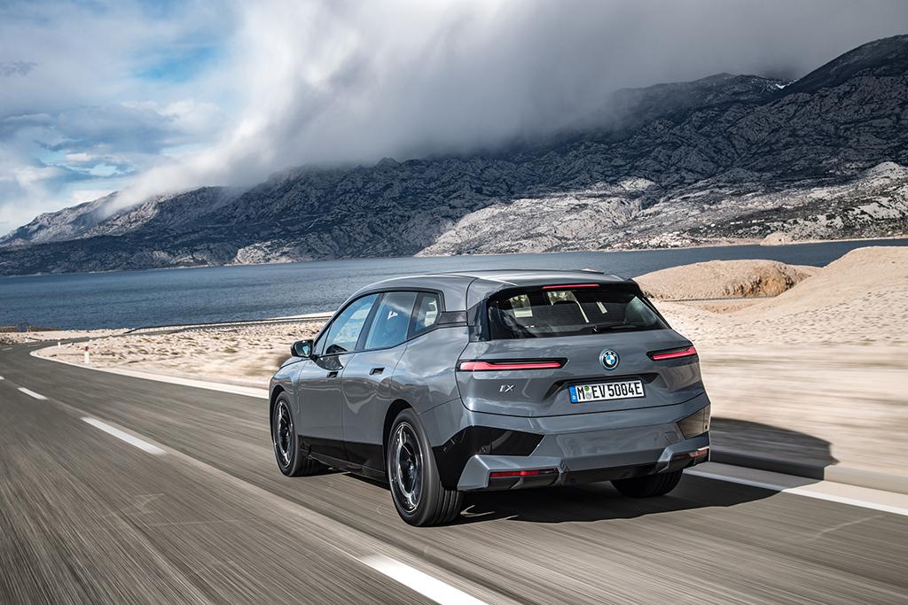 Bu görsel boş bir alt niteliğe sahip; dosya adı BMW-iX-Arka.jpg